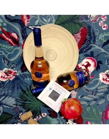 Σύνθεση δώρου 0250 | Ξύλινος δίσκος με 2 φιάλες Jackie Rose και 1 σοκολάτα Alexandros Handmade Chocolate  (Παράδοση μόνο στην Θεσσαλονίκη)